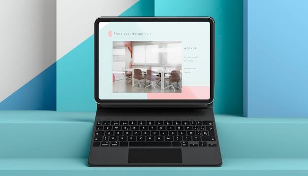 Vooraanzicht opstelling met tablet en toetsenbord bevestigd