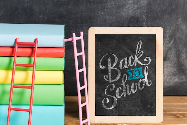 Vooraanzicht stapel boeken met schoolbord