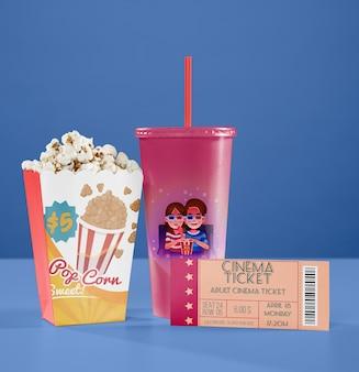 Vooraanzicht van bioscoop beker met stro en popcorn