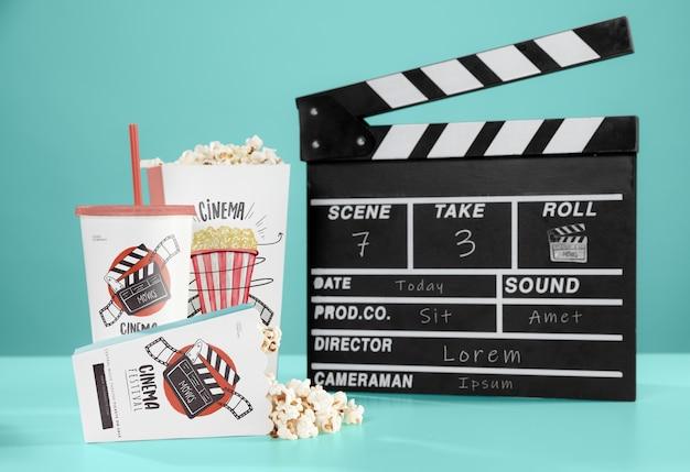 Vooraanzicht van bioscoop popcorn met cup en filmklapper