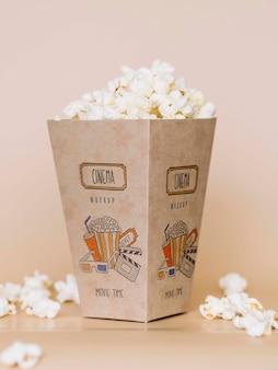 Vooraanzicht van bioscooppopcorn in kop