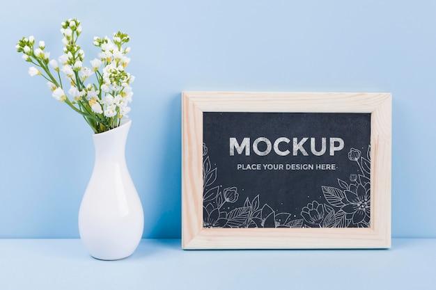 Vooraanzicht van bloemen in vaas met frame mock-up