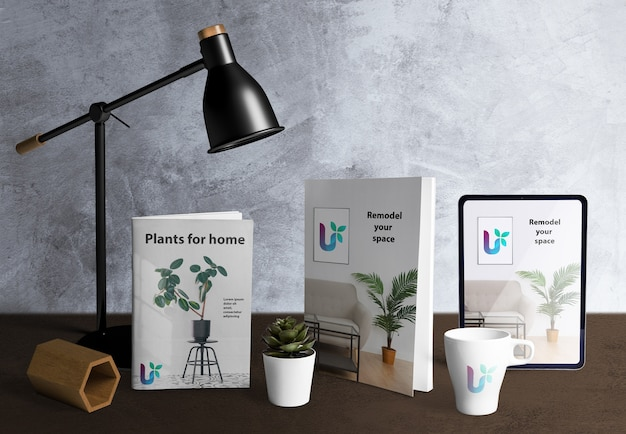 Vooraanzicht van de maker van de bureauscène met plantelementen