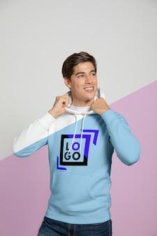 Vooraanzicht van de mens die hoodie draagt