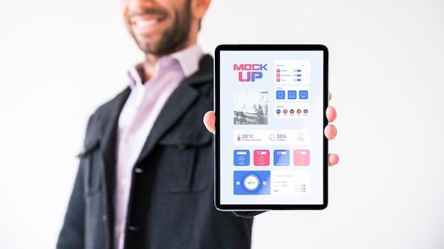 Vooraanzicht van de tablet van de zakenmanholding