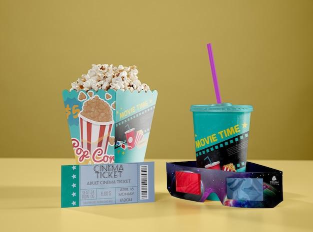 Vooraanzicht van driedimensionale glazen met bioscoop popcorn en cup