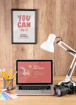 Vooraanzicht van fotograaf houten werkruimte met laptop
