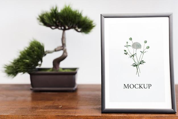 Vooraanzicht van frame en bonsai voor interieur