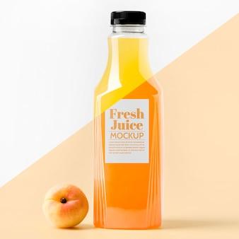 Vooraanzicht van helderglazen fles met perzik