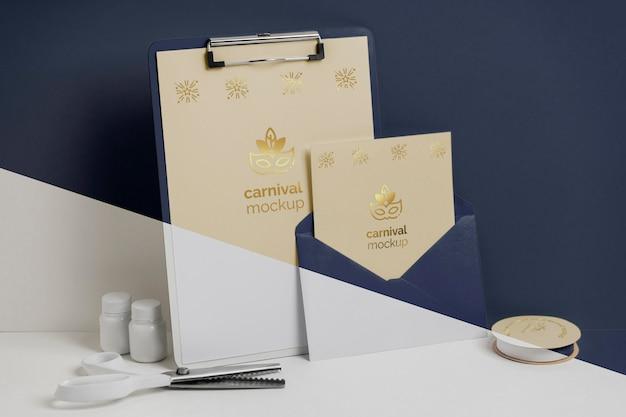 Vooraanzicht van minimalistische carnavaluitnodiging met klembord en envelop