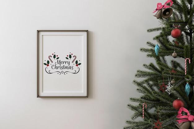 Vooraanzicht van mockup posterframe en kerstboom