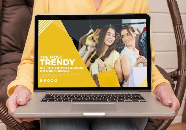 Vooraanzicht van oudere laptop van de vrouwenholding