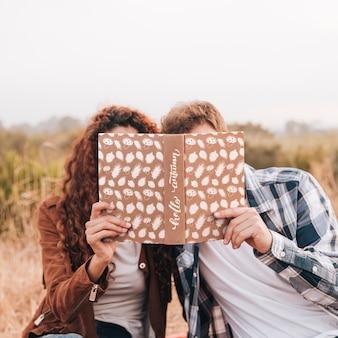 Vooraanzicht van paar dat in een boek kijkt