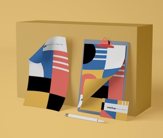 Vooraanzicht van papier mock-up met geometrisch ontwerp