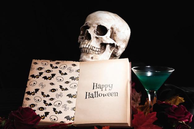 Vooraanzicht van schedel en boek op bladeren