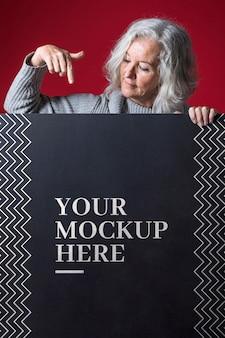 Vooraanzicht van senior vrouw mock-up