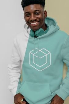 Vooraanzicht van smileymens in hoodie met hoofdtelefoons