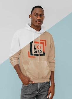 Vooraanzicht van stijlvolle man in hoodie met oordopjes Gratis Psd