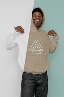 Vooraanzicht van stijlvolle man in hoodie