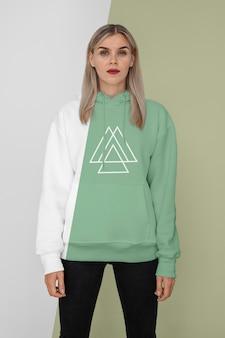Vooraanzicht van stijlvolle vrouw in hoodie