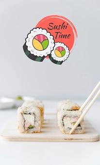 Vooraanzicht van sushi op bijl met eetstokjes