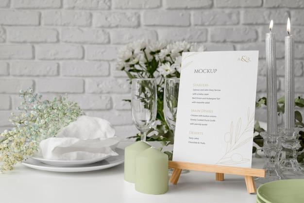 Vooraanzicht van tafelopstelling met mock-up van het lentemenu en kaarsen