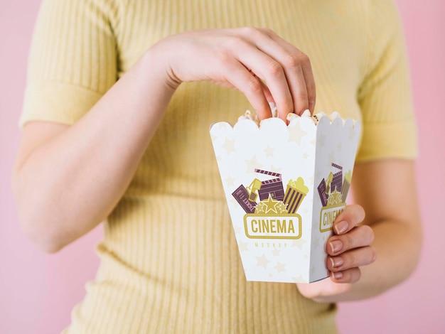 Vooraanzicht van vrouw die popcorn eet