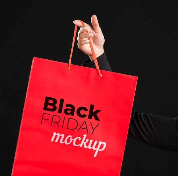 Vooraanzicht van vrouw met zwarte vrijdagconcept