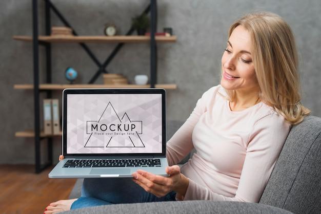 Vooraanzicht van vrouw op laptop van de bankholding