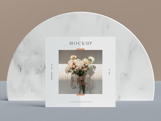 Vooraanzicht vierkante omslag met mock-up van het redactionele tijdschrift van de vrouw