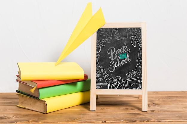 Vooraanzichtbord met stapel boeken