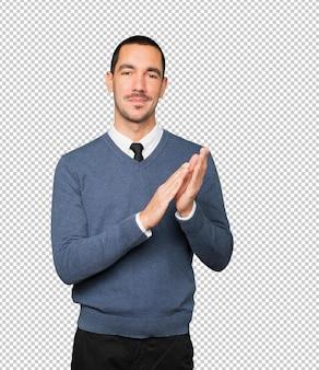 Vriendelijke jonge man applaudisseren gebaar
