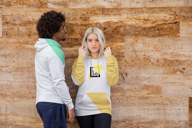 Vrienden buiten dragen hoodies