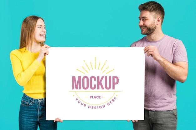 Vrienden met een mock-upkaart voor briefpapier