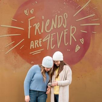 Vrienden samen uit om te vieren