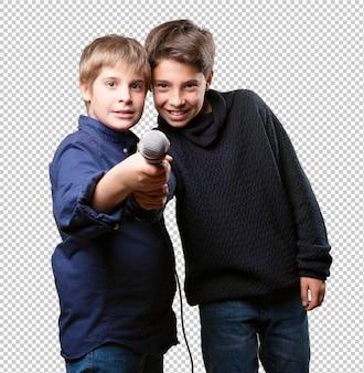 Vrienden zingen met microfoon