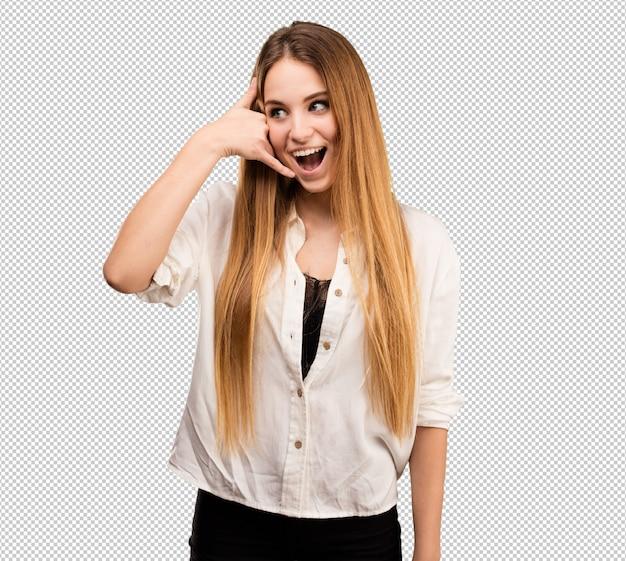 Vrij jonge vrouw die roepend gebaar doet