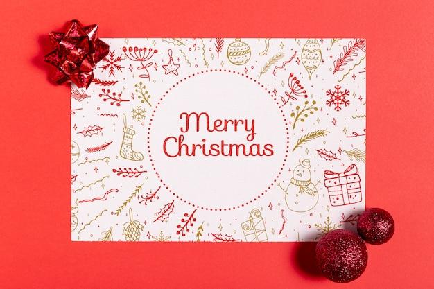 Vrolijk kerstmodel mock-up papier met strikken en ballen