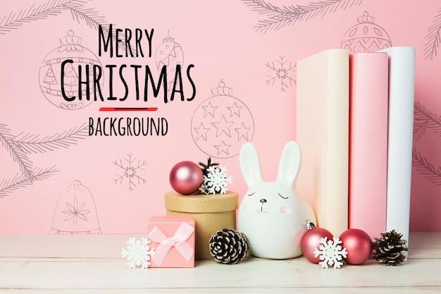 Vrolijke kerstmisregelingen als achtergrond met boeken en ornamenten