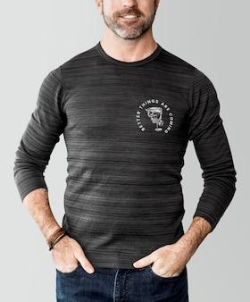 Vrolijke man in een grijze top met lange mouwen