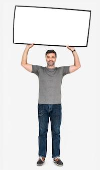 Vrolijke mens die een lege witte banner toont
