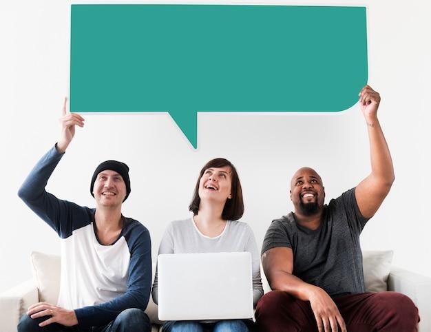 Vrolijke mensen houden toespraak bubble pictogram