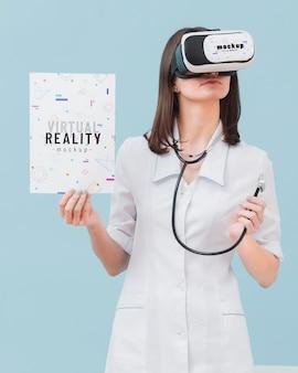 Vrouw arts die virtuele werkelijkheidshoofdtelefoon dragen