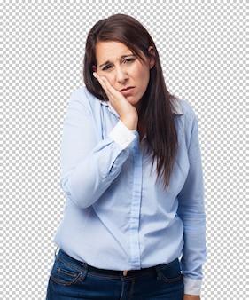 Vrouw die aan een kiespijn lijdt