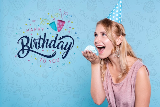Vrouw die cake eet bij verjaardagspartij