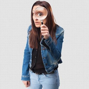 Vrouw die door een vergrootglas kijkt