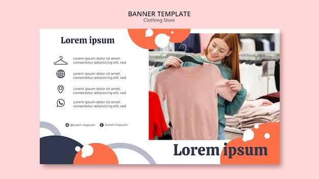 Vrouw die een blouse in de banner van de kledingsopslag bekijkt