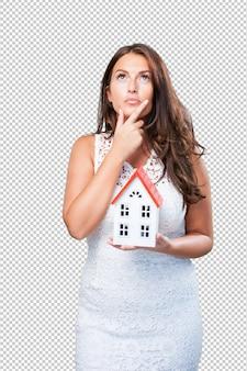Vrouw die een huis houdt en over iets denkt