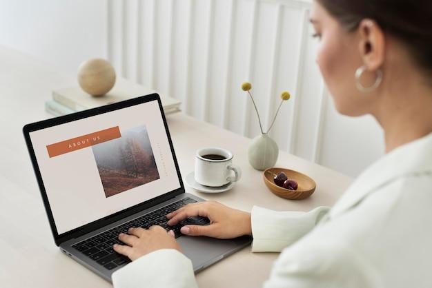 Vrouw die een laptopmodel gebruikt