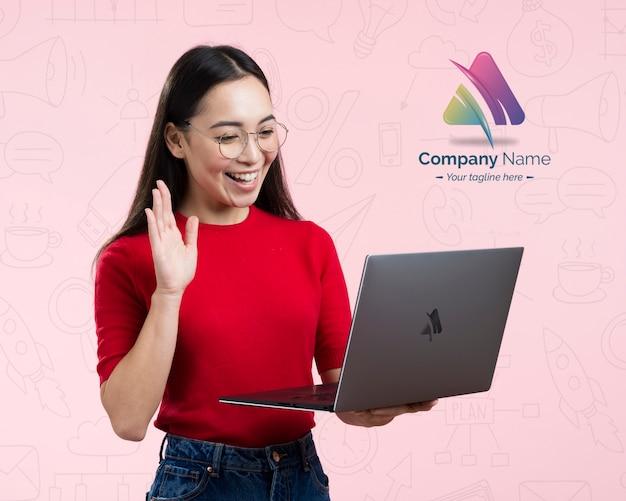Vrouw die een online advertentie van het vergadering en bedrijfsembleem heeft